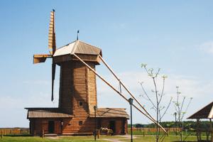 Все механизмы этой мельницы –  из сосны, клёна и даже красного дерева. Никаких электрических приводов!